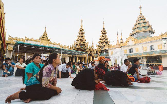 prayers in Shwedagon